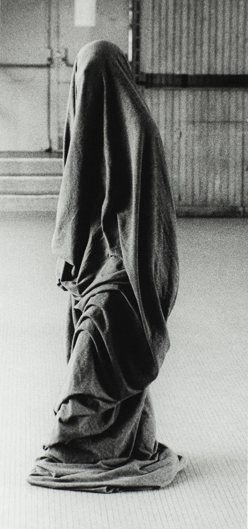 Collection photographie d'art artistique je suis un tube, collection photographies d'art artistiques noir et blanc je suis un tube, galerie série photo d'art artistique je suis un tube signée Florence boisson, artiste photographe, florence boisson photographe et modèle, photographie voile femme objet, photo noir et blanc, photographie studio intérieur, photo expression corporelle et danse, Florence Boisson photo du corps et du mouvement, photo de l'invisible de la sensibilité, photographie voile hommage à Isadora Duncan Loïse Fuller, photographies intérieur studio, Photo art moderne et contemporain Florence Boisson, Photo d'art femme statue Photos d'art contemporaines et modernes, photo art femme objet, Florence Boisson photographe artiste