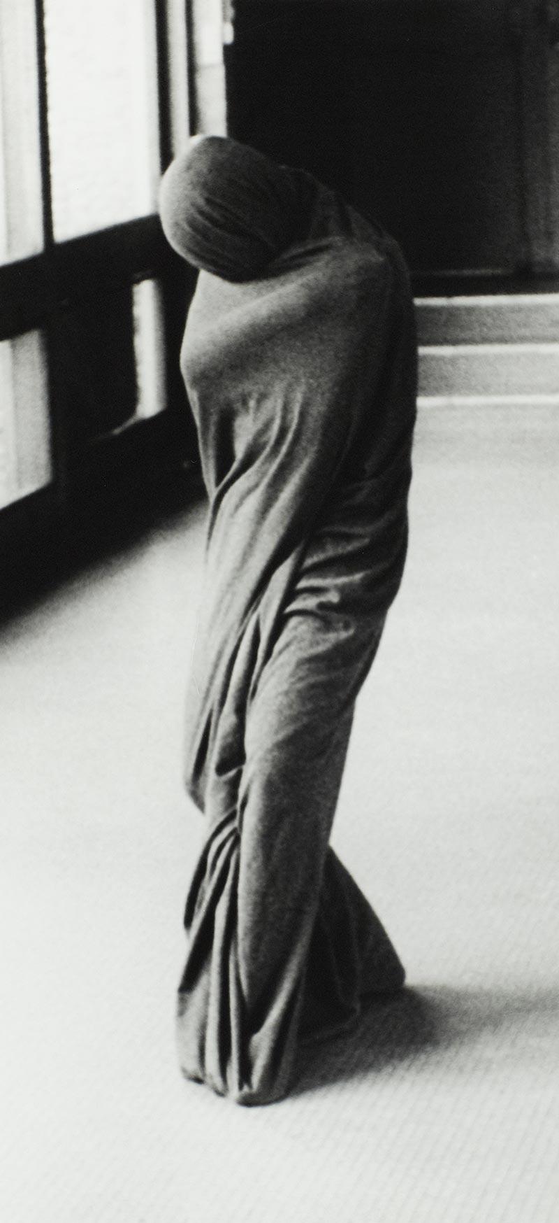 Galerie photo artistique d'art noir et blanc je suis un tube, galerie photos artistiques d'art noir et blanc je suis un tube, collection série photographie artistique d'art je suis un tube signée Florence boisson, photographe artiste, florence boisson photographe et modèle, photo femme objet, photo voile femme, photo intérieur studio, photo danse et expression corporelle, Florence Boisson photographie du mouvement et du corps, photographie noir et blanc, photographie de l'invisible de la sensibilité, photo voile femme hommage à Loïse Fuller Isadora Duncan, photo champ région de Fontainebleau, Photo d'art femme statue noir et blanc Photos d'art noir et blanc femme objet, Photo art moderne et contemporain Florence Boisson, Florence Boisson photographe artiste