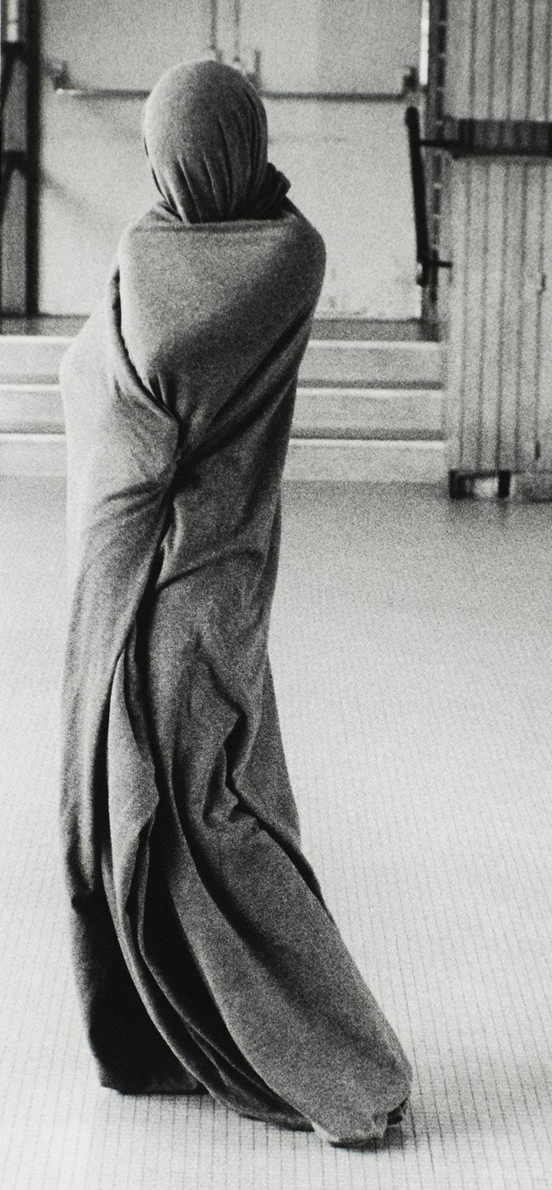Galerie photos artistiques d'art noir et blanc je suis un tube, galerie photo artistique d'art contemporain je suis un tube, collection série photographie d'art artistique je suis un tube signée Florence boisson, artiste photographe, florence boisson photographe et modèle, photo femme statue, photo voile femme, photo studio intérieur, photo danse et expression corporelle, Florence Boisson photographie du mouvement et du corps, photographie de l'invisible de la sensibilité, photo femme voile hommage à Isadora Duncan, Loïse Fuller, photo intérieur studio, photographie femme voile, photographie femme statue, Florence Boisson photographe artiste, photographie d'art contemporain noir et blanc Photos d'art contemporain moderne, photographie art femme contemporain et moderne Florence Boisson