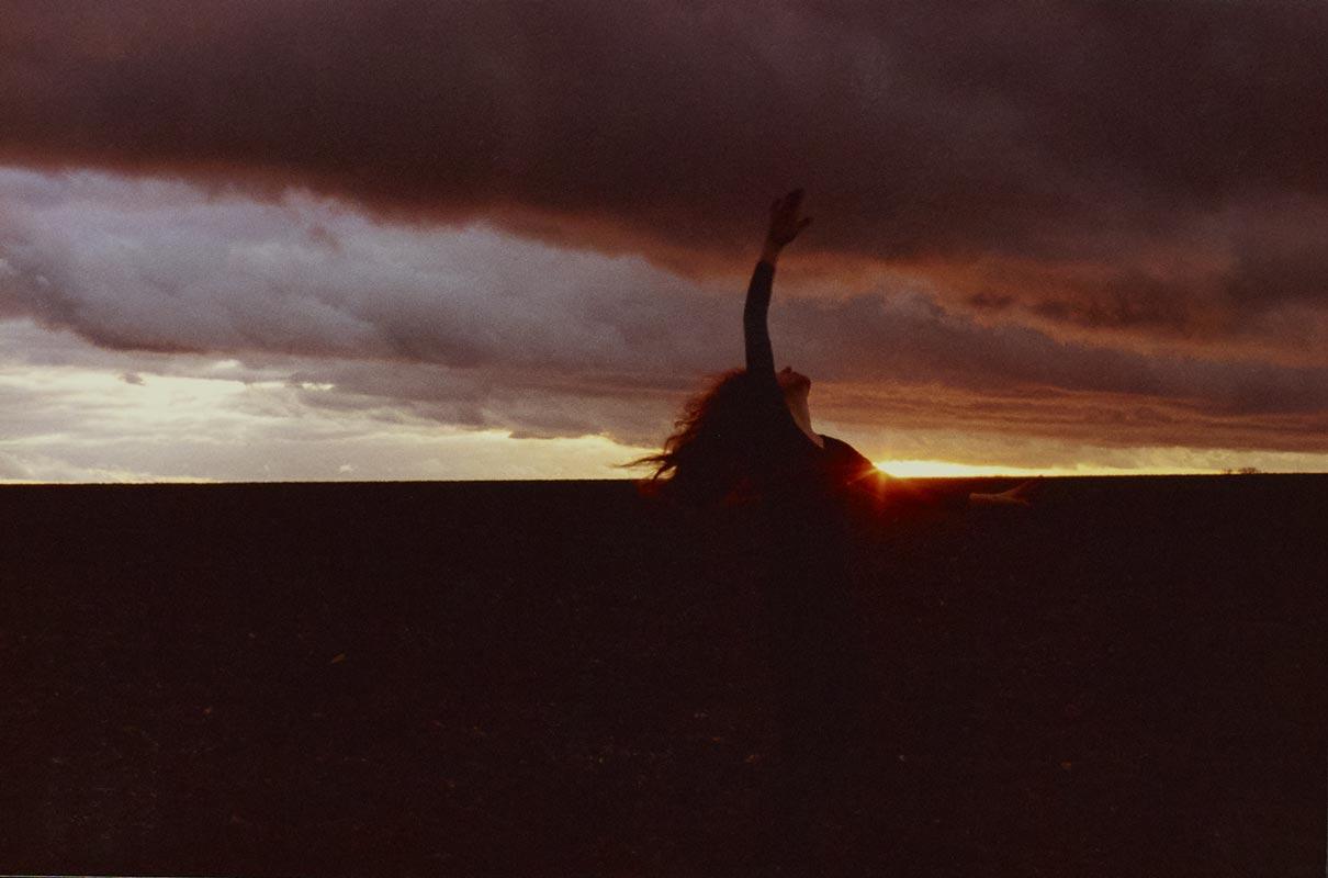 Galerie photos d'art artistique soleil couchant, galerie photo d'art artistiques contemporain soleil couchant, collection série photographie d'art artistique soleil couchant signée Florence boisson, photographe artiste, florence boisson photographe et modèle, photo femme, photo paysage nature, photo expression corporelle et danse, photo coucher de soleil crépuscule, Florence Boisson photographie du corps et du mouvement, photographie de l'invisible de la sensibilité, photo hommage à Isadora Duncan Loïse Fuller, photo champ région de Fontainebleau, Photographie art femme contemporain et moderne Florence Boisson, Photographie d'art contemporain couleur Photos d'art contemporain moderne, photographie femme, Florence Boisson artiste photographe