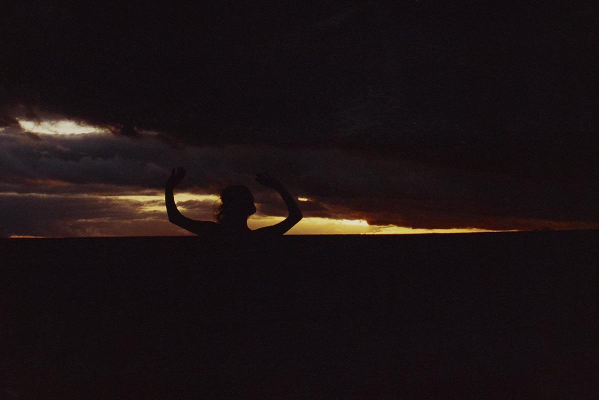 Galerie photo artistique d'art soleil couchant, galerie photos artistiques d'art soleil couchant, collection série photographie artistique d'art soleil couchant signée Florence boisson, photographe artiste, florence boisson photographe et modèle, photo femme, photo paysage nature, photo danse et expression corporelle, Florence Boisson photographie du mouvement et du corps, photographie couleur, photographie de l'invisible de la sensibilité, photo femme hommage à Loïse Fuller Isadora Duncan, photo champ région de Fontainebleau, Photo d'art femme Photos couleur d'art femme, Photo art moderne et contemporain Florence Boisson, Florence Boisson photographe artiste