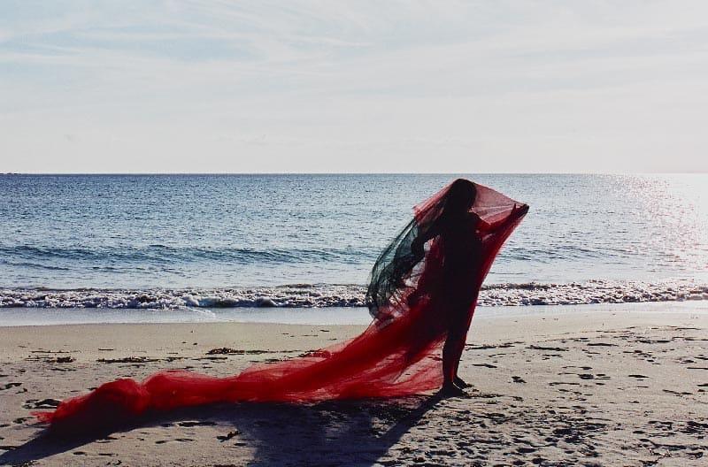 Collection photo d'art artistique danse avec le foehn revisitée en Corse, terre d'adoption de Florence Boisson, artiste photographe, Dans ses collections photos d'art artistiques Florence boisson propose un récit pictural où le début et la fin sont interprétables et considérables par l'observateur. Cette boucle visuelle que l'on prend en route et que l'on quitte à loisir s'inscrit dans un mouvement perpétuel ou sont présents l'introspection et l'expression affirmée, l'harmonie et le chaos intérieur, Florence Boisson photographe artiste